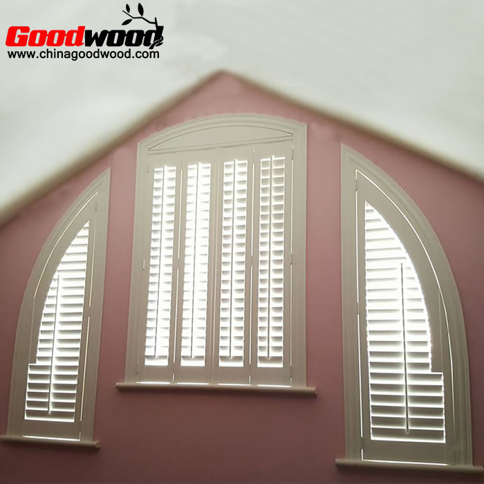Sail-shaped plantation shutters
